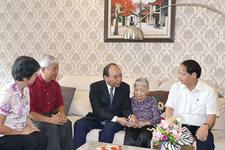 Thủ tướng Nguyễn Xuân Phúc cùng lãnh đạo TP Hà Nội thăm hỏi, động viên, chúc sức khỏe cụ Vũ Thị Nhàn, mẹ liệt sĩ Trịnh Đình Khôi. Ảnh: VGP.