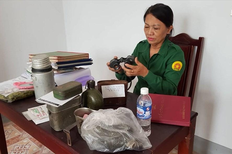 Chị Đặng Thị Yến bên những kỷ vật mà mình sưu tầm được đưa về trưng bày tại ngã ba Đồng Lộc.