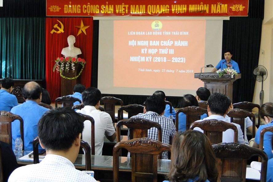 Đồng chí Bùi Xuân Vinh - Chủ tịch LĐLĐ tỉnh Thái Bình phát biểu tại hội nghị.