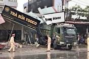 Tin tức tai nạn giao thông nóng nhất 24h: Xe tải tông 2 mẹ con thiệt mạng, sập 5 nhà dân