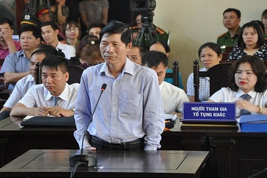 Ông Hoàng Đình Khiếu, nguyên phó Giám đốc BV đa khoa tỉnh Hoà Bình bị khởi tố ề tội thiếu trách nhiệm gây hậu quả nghiêm trọng.