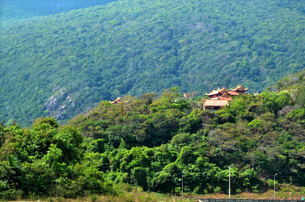 Chùa Vân Sơn tọa lạc trên triền núi Một. Ảnh: Lục Tùng