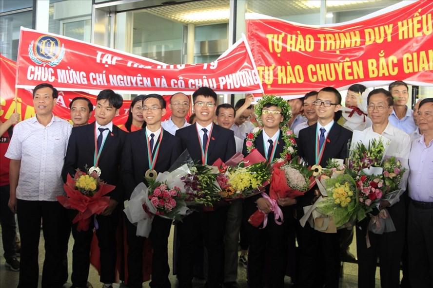 Hai đoàn Olympic Hóa học và Vật lý được chào đón nồng nhiệt khi trở về sân bay Nội Bài. Ảnh: Nguyễn Hà