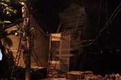 Nóng: Ba ngôi nhà bất ngờ sụt xuống sông Đà trong đêm