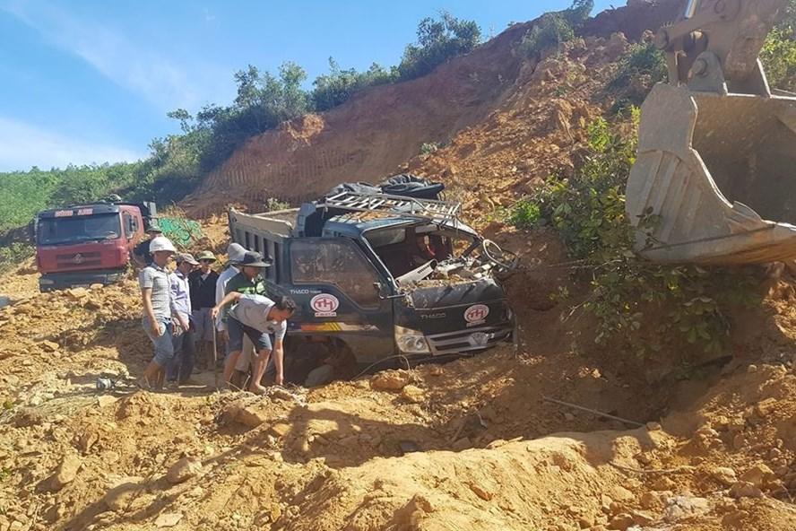 Hiện trường vụ sập mỏ đất khi khai thác vùi lấp 2 xe tải sáng 4.7 ở mỏ đất núi Cọp Cọi