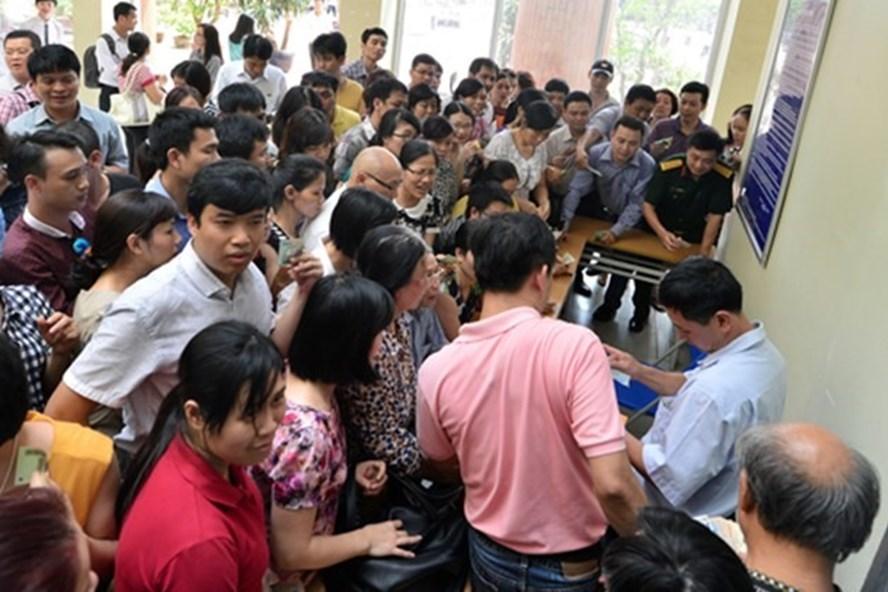 Nhiều năm nay, phụ huynh đều chen chân, xếp hàng để mua hồ sơ tuyển sinh vào Trường Lương Thế Vinh. Ảnh: Quỳnh Trang