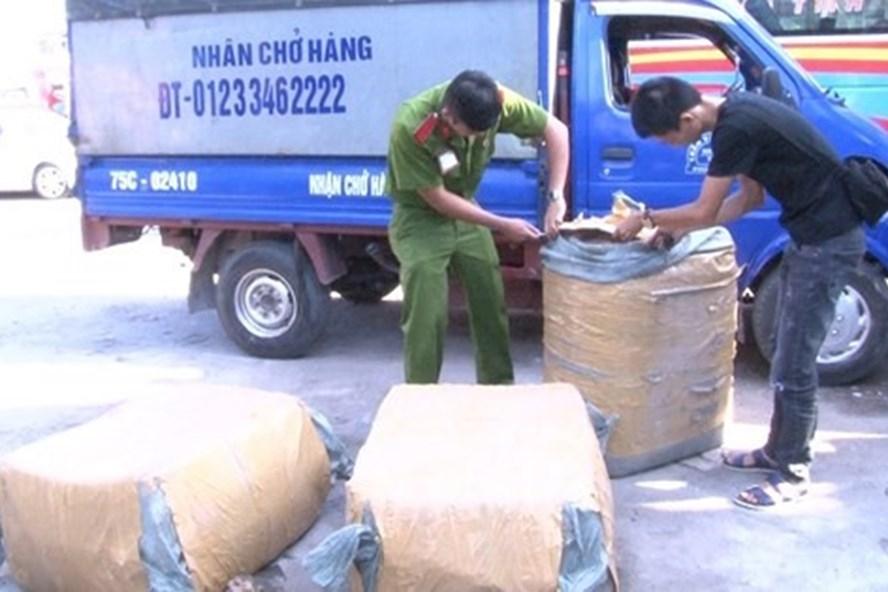 Ba bao tải chứa thịt động vật không rõ nguồn gốc bị cơ quan công an thu giữ. Ảnh: C.A cung cấp.