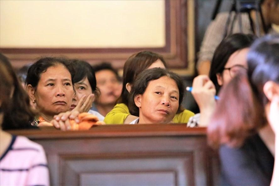 Trước những lời khai lạnh lùng của Nguyễn Hữu Tình, người nhà nạn nhân khóc nghẹn. Ảnh: Trường Sơn