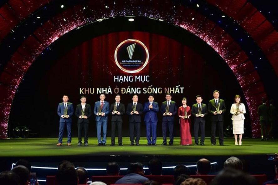 """Ông Mạnh Hoàng Thao - Phó Tổng Giám đốc Tập đoàn Tân Hoàng Minh (ngoài cùng bên trái) nhận giải thưởng """"Khu nhà ở đáng sống nhất"""" cho D'.Le Pont D'or - Hoàng Cầu."""