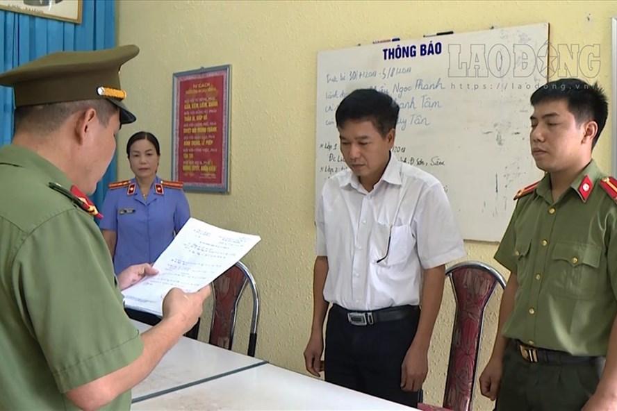 Cơ quan chức năng đọc lệnh khởi tố bị can với ông Trần Xuân Yến - Phó Giám đốc Sở GDĐT Sơn La. Ảnh: Công an Sơn La cung cấp.
