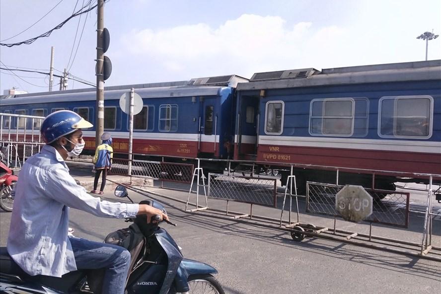 Do đoạn đường sắt từ ga Bình Triệu (quận Thủ Đức) vào ga Sài Gòn (quận 3) giao cắt với nhiều tuyến đường bộ.  Ảnh: M.Q