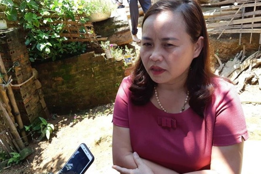 Bà Nguyễn Ngọc Hoa, Giám đốc Trung tâm Y tế dự phòng huyện Tân Sơn thông tin sự việc. Ảnh: Nguyễn Định