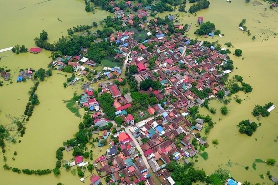 Người dân Chương Mỹ đã phải sống trong cảnh ngập lụt do đợt mưa lớn trung tuần tháng 7. Ảnh Văn Thắng.