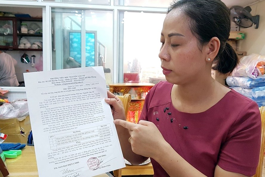 Chị Nguyễn Thị Kim Thu cho xem tờ kêu gọi phụ huynh ủng hộ đầu năm của trường Nguyễn Văn Tố lên đến gần 1 tỉ đồng.