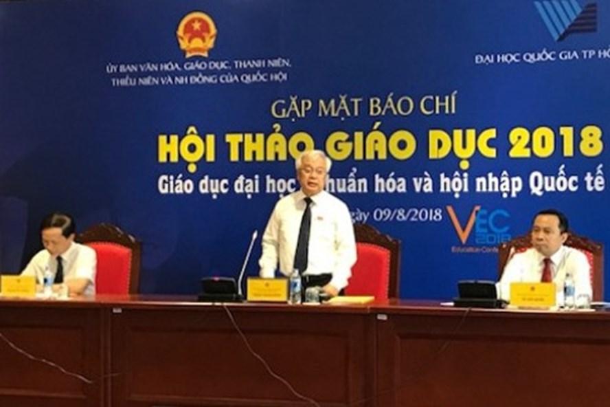 Chủ nhiệm Ủy ban Văn hóa, Giáo dục, Thanh niên, Thiếu niên và Nhi đồng của Quốc hội Phan Thanh Bình thông tin tại buổi gặp gỡ báo chí. Ảnh V.A