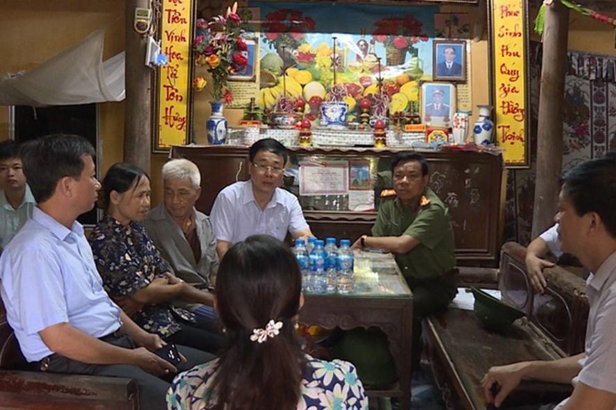 Lãnh đạo Công an tỉnh Hưng Yên trực tiếp xuống hiện trường chỉ đạo các đơn vị nghiệp vụ phá án. Ảnh: CAHY.