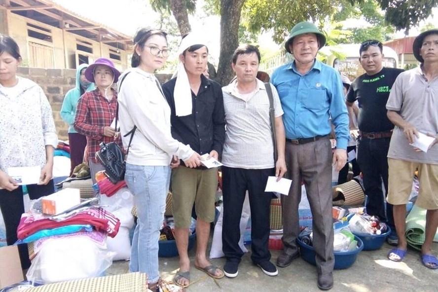 Chủ tịch LĐLĐ tỉnh Yên Bái Vương Văn Bằng (thứ ba từ phải sang) cùng các nhà hảo tâm ủng hộ đồng bào bị thiệt hại do mưa lũ. Ảnh: T.X