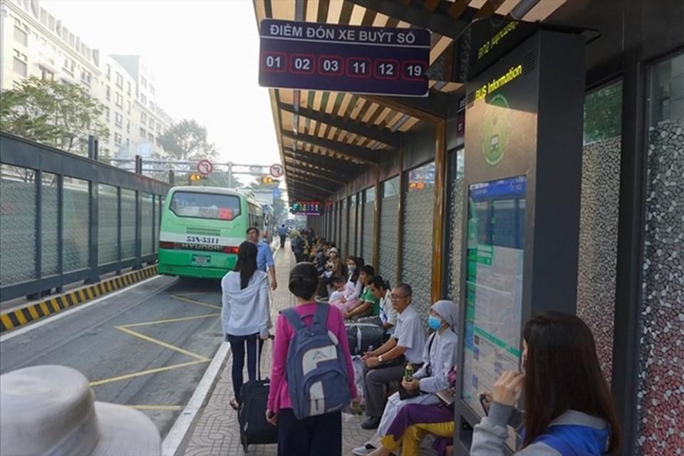 Xe buýt TPHCM tăng chuyến phục vụ người dân đi lại dịp lễ 2.9.  Ảnh: M.Q