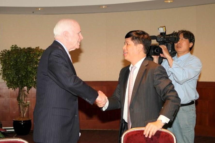 Thượng nghị sĩ John McCain là chính khách có tên tuổi đầu tiên của Mỹ lên tiếng mạnh mẽ về vấn đề Biển Đông tại cuộc hội thảo do CSIS tổ chức ngày 20.6.2011. Ảnh: FB Đại sứ Nguyễn Quốc Cường.