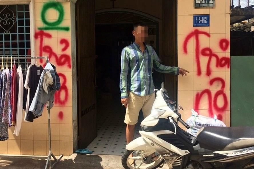 """Một """"con nợ"""" bị nhóm đòi nợ xịt sơn lên nhà. Ảnh: Ngô Nguyên"""