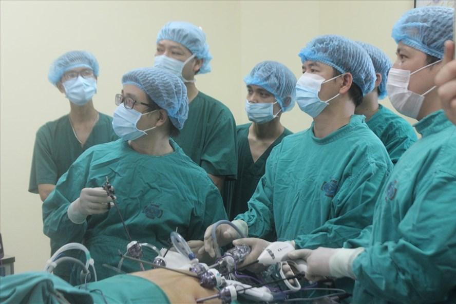 Các bác sĩ thực hiện phẫu thuật nội soi cắt u gan cho bệnh nhân