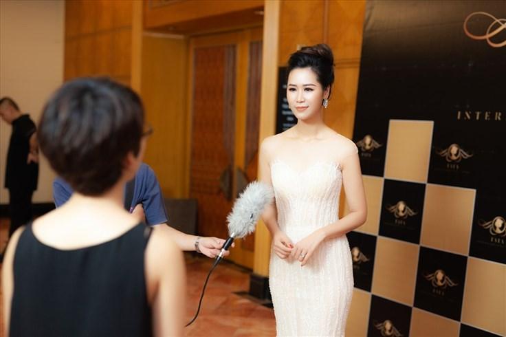 Hoa hậu Dương Thùy Linh xúc động khi được con trai nhỏ chăm sóc