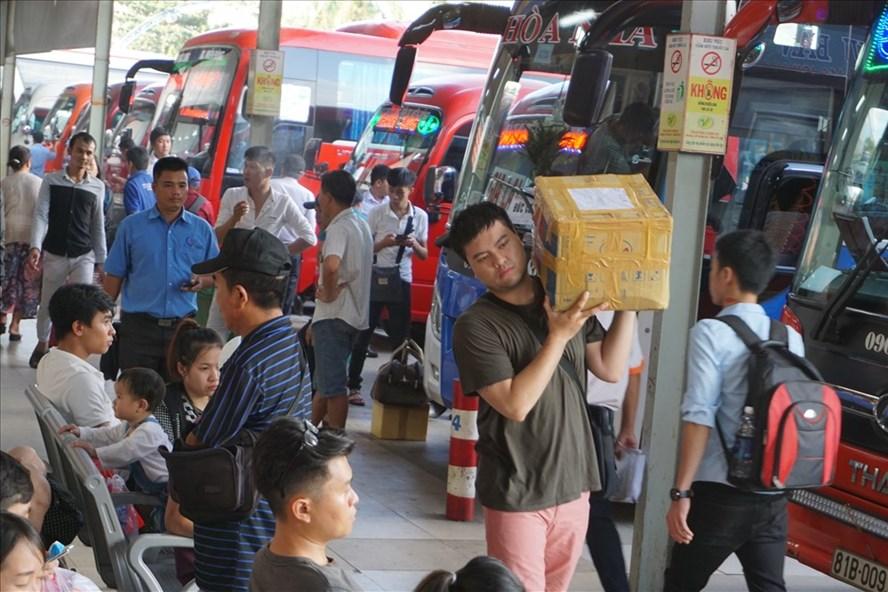 Hành khách chờ lên xe đi nghỉ lễ 2.9 ở bến xe Miền Đông.  Ảnh: M.Q