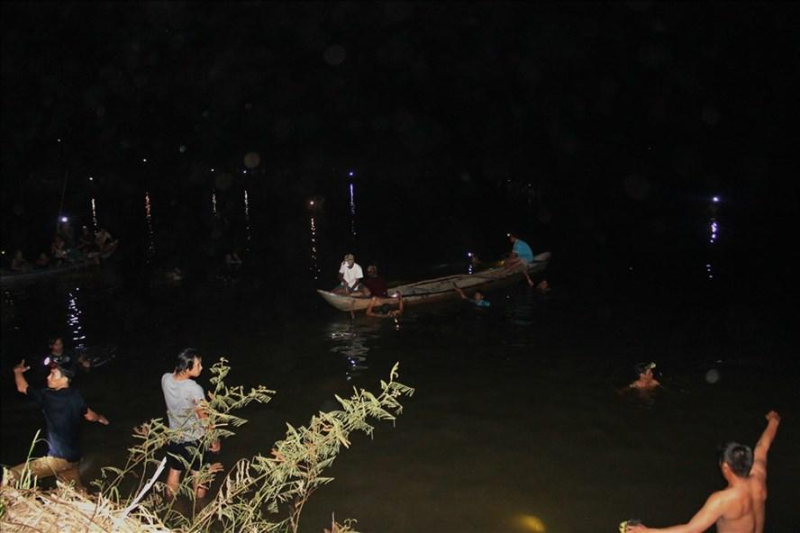 Lực lượng chức năng và người dân địa phương đang nỗ lực tìm kiếm 2 cháu gái mất tích đêm 31.8. Ảnh:TH