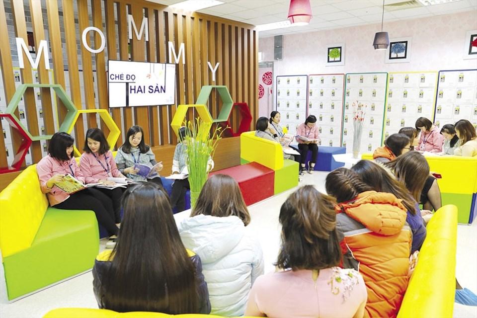 Lao động nữ thời kỳ nghỉ thai sản của Cty Samsung Việt Nam nghỉ ngơi tại Mommy room, khu tiện ích dành cho lao động nữ thai sản - Ảnh: SS