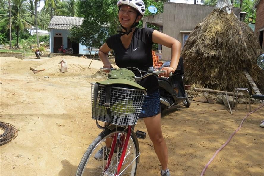 Eileen Vo bên chiếc xe đạp cùng cô rong ruổi trên những con đường quê