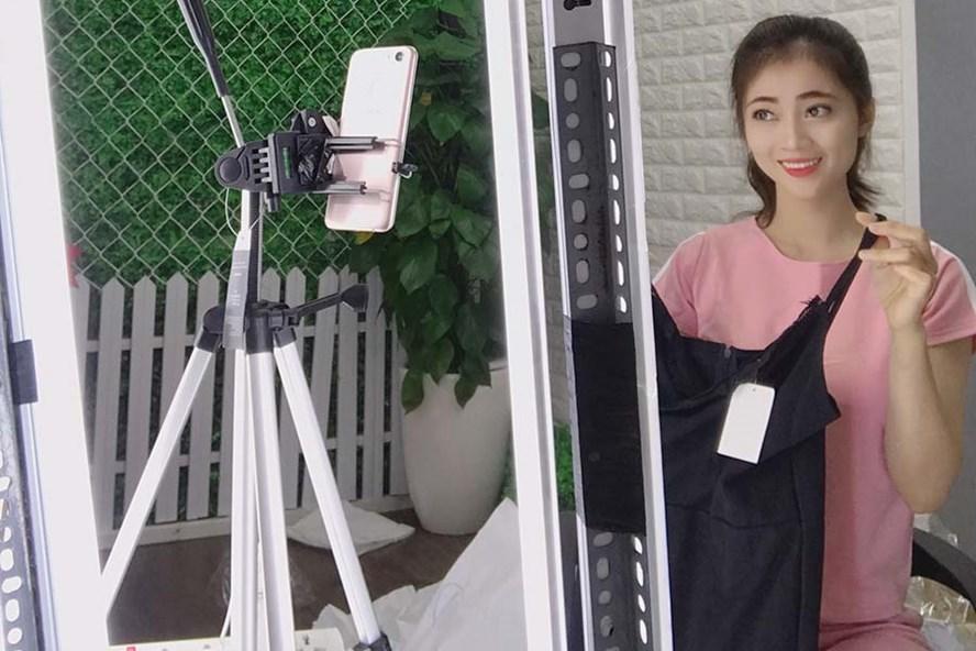 Hậu trường một buổi livestream bán hàng quần áo trên Facebook  - Ảnh: PV.