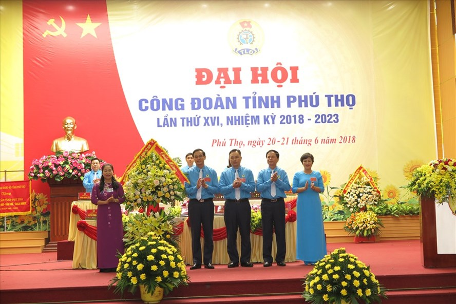 Đồng chí Nguyễn Thị Thu Hồng – Phó Chủ tịch Tổng LĐLĐVN tặng hoa chúc mừng Đại hội CĐ tỉnh Phú Thọ lần thứ XVI, nhiệm kỳ 2018-2023.
