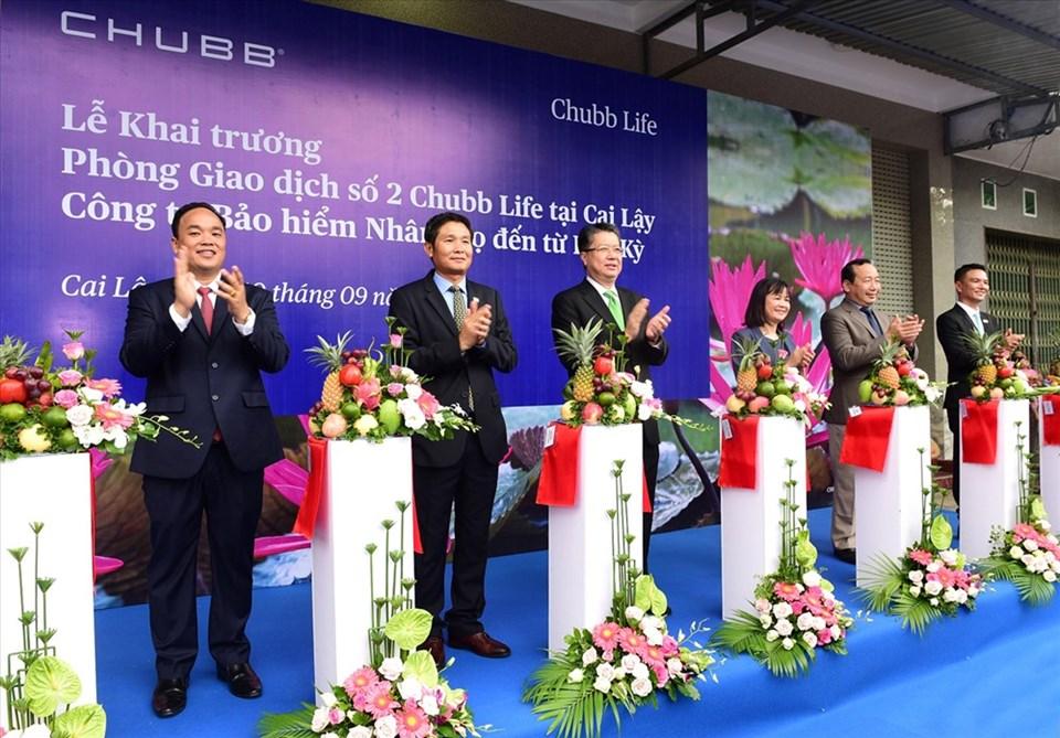 Đại diện Chubb Life Việt Nam cắt băng khai trương văn phòng kinh doanh mới tại Cai Lậy.