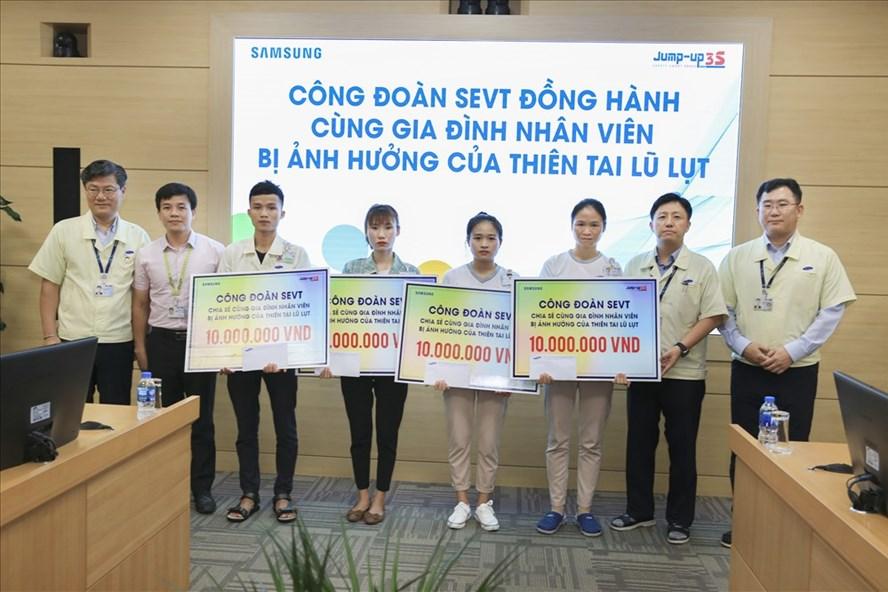 Công đoàn Cty Samsung trao hỗ trợ tới đoàn viên. Ảnh: M.B