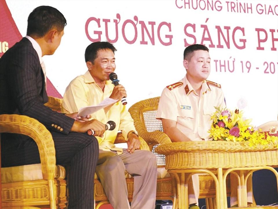 """Anh Đinh Minh Cảnh (thứ 2 từ trái sang) trong chương trình giao lưu """"Gương sáng phố phường lần thứ 19"""". Ảnh: KIM NHO"""