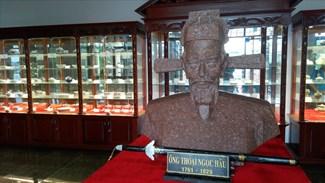 Tượng Thoại Ngọc Hầu và những báu vật được khai quật từ khu mộ hiên được trưng bày bên cạnh khu lăng mộ của ông và vợ. Ảnh: H.V.M