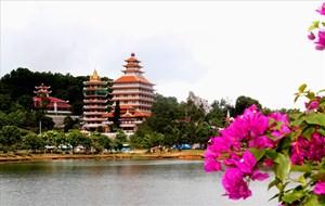 Công trình chùa Lá, nhìn từ hồ Thủy Liêm. Ảnh: Lục Tùng