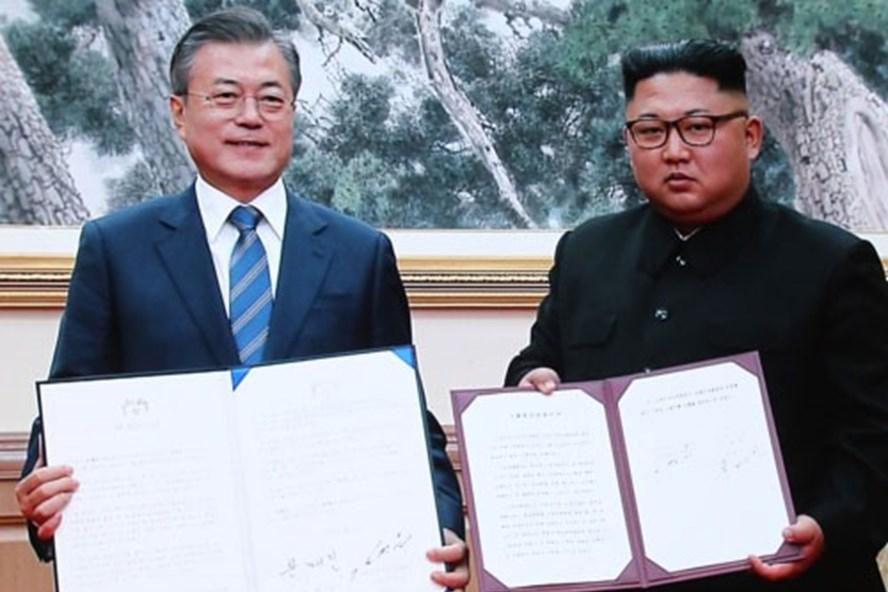 Tổng thống Moon Jae-in và nhà lãnh đạo Kim Jong-un ký thoả thuận trong hội nghị thượng đỉnh liên Triều ngày 19.9. Ảnh: Yonhap