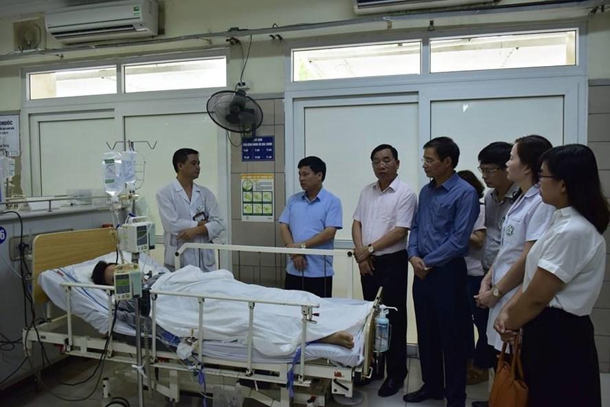 Ông Khuất Văn Thành, Giám đốc Sở LĐTBXH Hà Nội (thứ 4 từ phải sang) cùng Phó Chủ tịch UBND TP Hà Nội Ngô Văn Quý thăm các bệnh nhân tại Viện E hôm 17.9. Ảnh: KTĐT