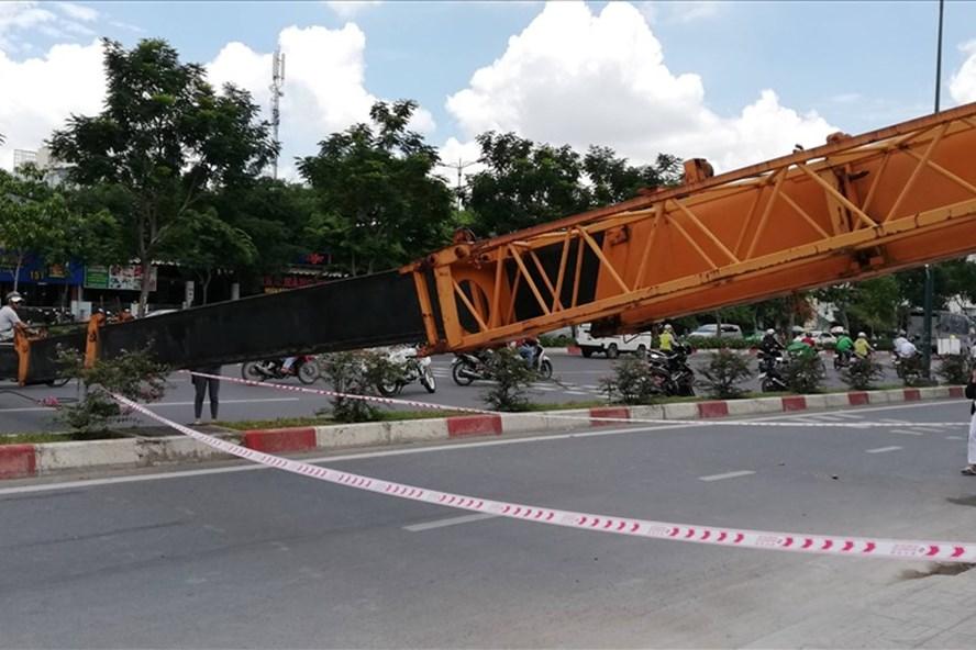 Cần cẩu nặng hàng tấn ngã chắn ngang đại lộ Phạm Văn Đồng khiến nhiều người hút chết. Ảnh: T.S
