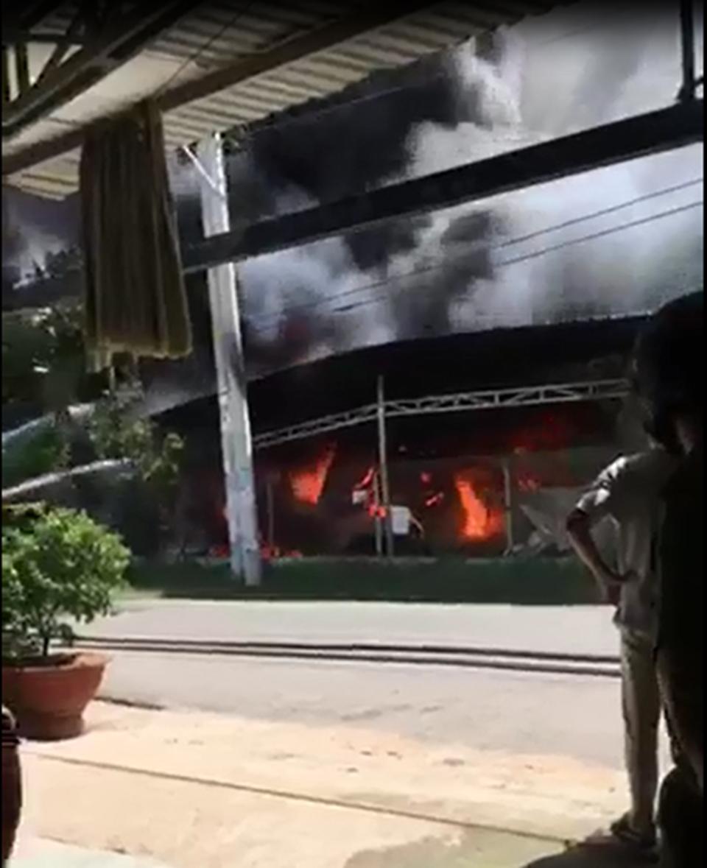 Vụ hỏa hoạn xảy ra ở một cơ sở tái chế phế liệu tại phường Thái Hòa, thị xã Tân Uyên, Bình Dương.