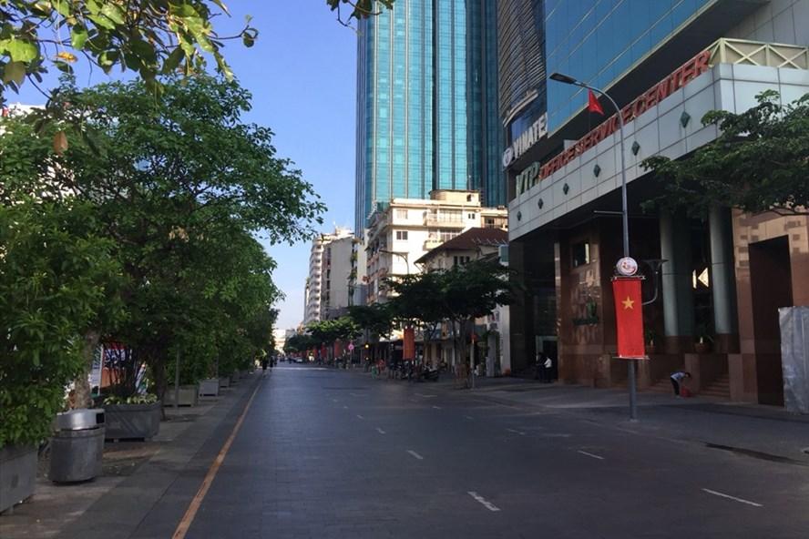 Ngày lễ quốc khánh 2.9, đường phố Sài Gòn trở nên thông thoáng, vắng vẻ và bình yên lạ.