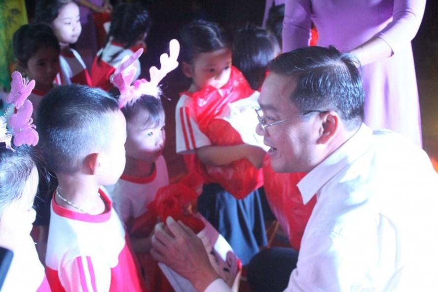 Đồng chí Nguyễn Ngọc Việt, Bí thư Thành đoàn, Chủ tịch Hội LHTN Thành phố Hà Nội trao quà tới thiếu niên huyện Chương Mỹ.
