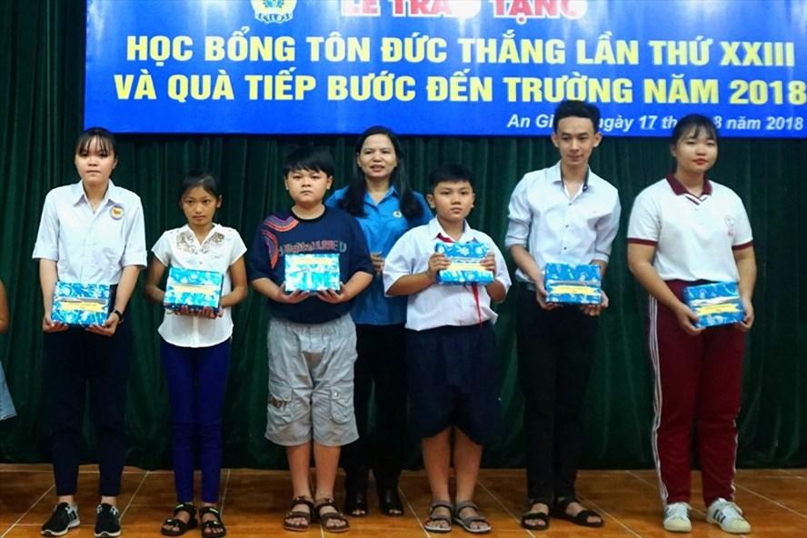 Phó Chủ tịch LĐLĐ tỉnh An Giang Phan Thị Diễm trao Học bổng Tôn Đức Thắng cho con đoàn viên nghèo, vượt khó học giỏi. Ảnh: LỤC TÙNG