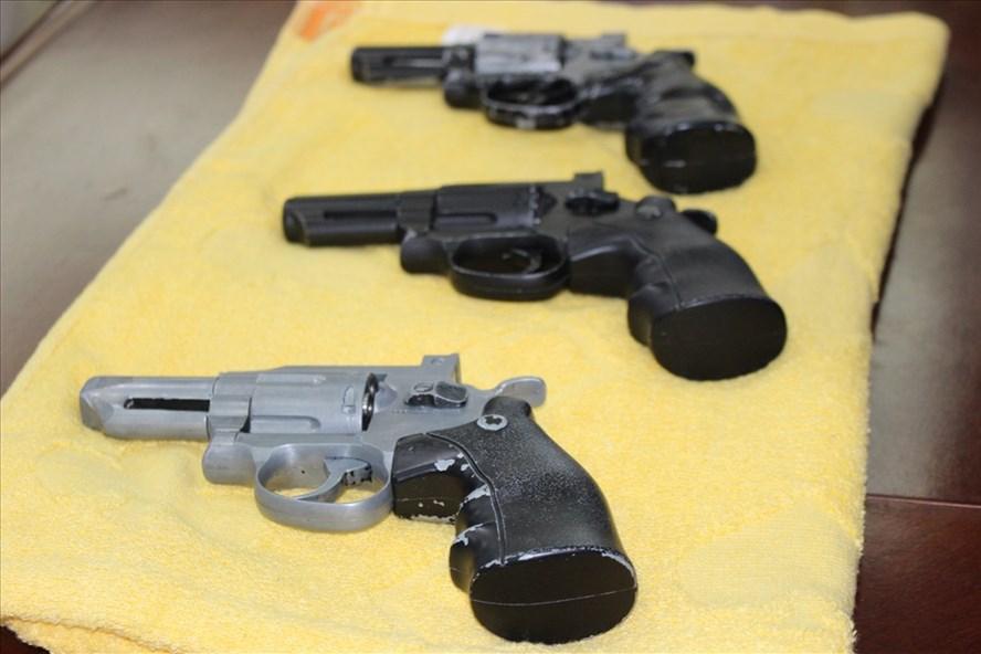 Các khẩu súng liên quan tới vụ cướp.