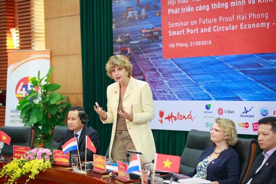 Đại sứ Hà Lan Elsbeth Akkerman phát biểu tại Hội thảo Quy hoạch đô thị thông minh và nền kinh tế tuần hoàn tại Hải Phòng ngày 21.9. Ảnh: ĐSQ Hà Lan