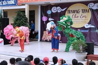 """Chương trình """"Vui hội trăng rằm"""" do Vietravel Chi nhánh Đà nẵng phối hợp Đoàn thanh niên Sở Công thương Đà Nẵng tổ chức cho các em học sinh có hoàn cảnh khó khăn."""