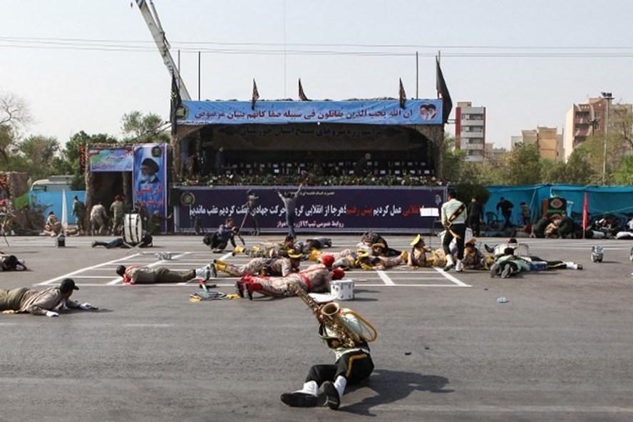 Những người bị thương trong vụ tấn công lễ duyệt binh ở thành phố Ahvaz, Iran hôm 22.9. Ảnh: AFP