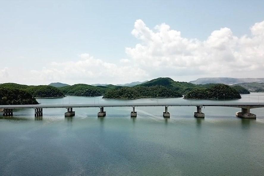 Cầu Cẩm Hải trên tuyến cao tốc Hạ Long – Vân Đồn, dẫn thẳng vào Sân bay quốc tế Vân Đồn. Ảnh: T.N.D.