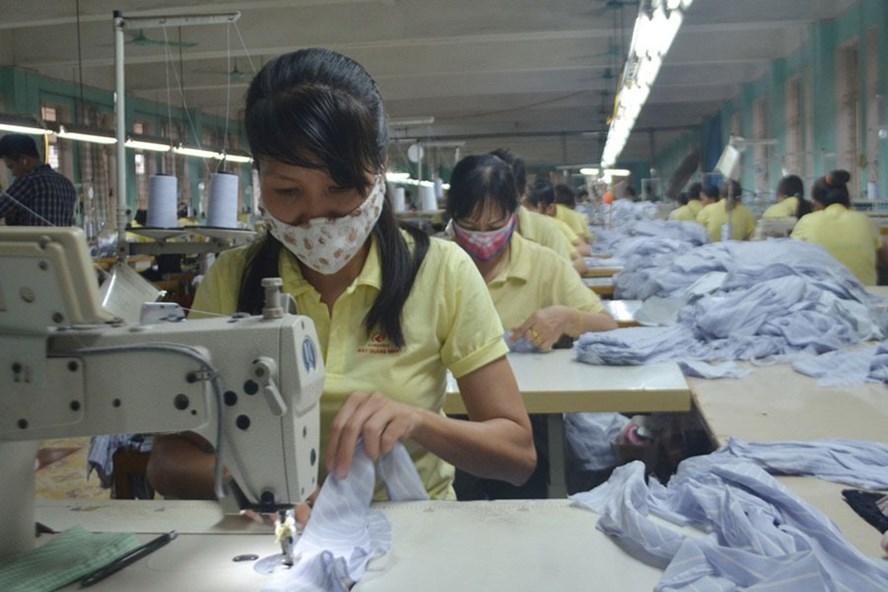 Hàng trăm lao động ở Cty CP may Quảng Ninh làm việc vất vả, nhưng chế độ và quyền lợi của họ không được doanh nghiệp quan tâm đầy đủ. Ảnh: T.N.D